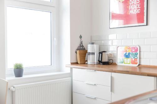 A kitchen or kitchenette at primeflats - Apartments Island Mauerpark