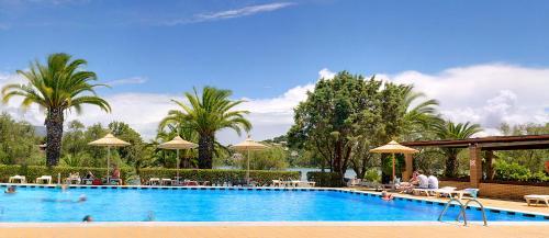 Het zwembad bij of vlak bij Helion Resort