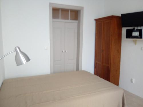 A bed or beds in a room at Casinha Alegre Rooms