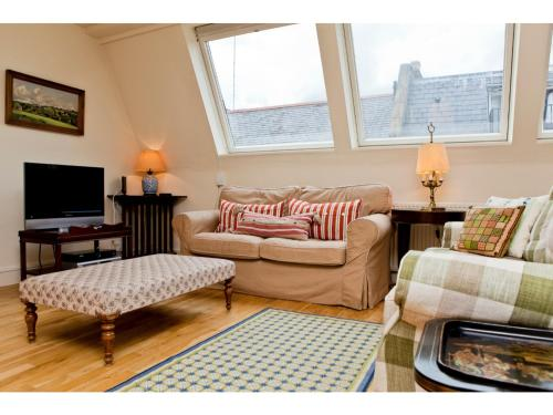 A seating area at Beautiful 2BD home in Kensington Mews