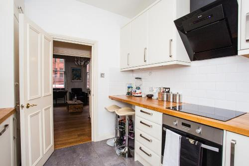 A kitchen or kitchenette at Amazing Central Shoreditch 2-Bed & 2-Bath