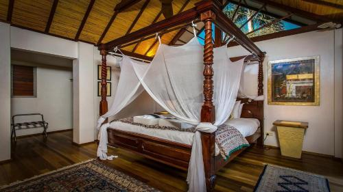 A bed or beds in a room at Amala Luxury Villa Byron Bay