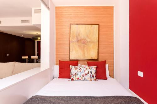 A bed or beds in a room at 2 Bedroom and Terrace Apartment near Sagrada Familia