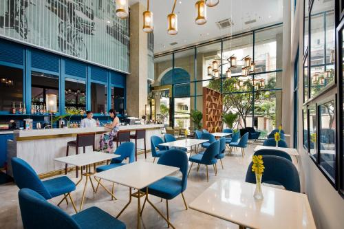 A restaurant or other place to eat at Oakwood Apartments Ho Chi Minh City