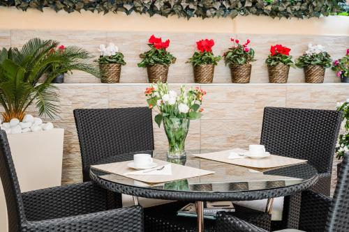 A restaurant or other place to eat at Florence Liona Apartments