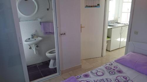 A bathroom at Apartments Lastavica