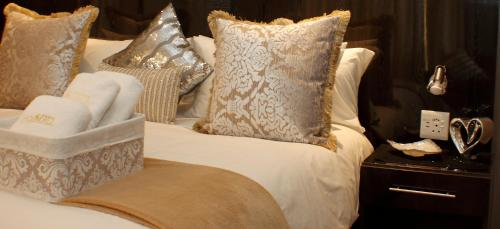 Una cama o camas en una habitación de Keret Accommodation