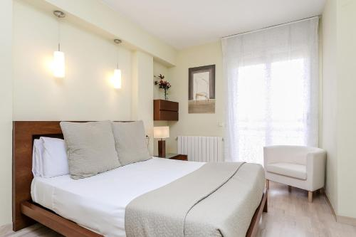 A bed or beds in a room at Elegant 3bed with views of Sagrada Familia