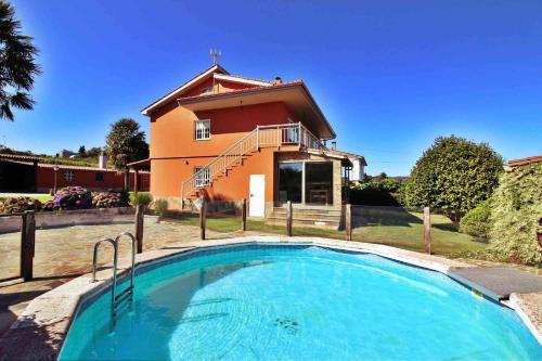 Het zwembad bij of vlak bij Casa Embalse de Cambre