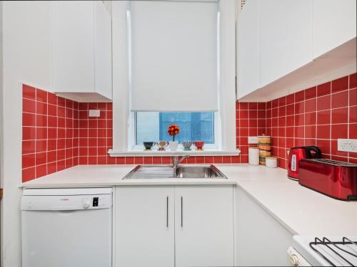 A kitchen or kitchenette at Bondi Classic Style - 2 bedroom apartment