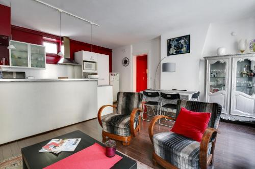 A seating area at Welkeys Apartment - Rue Le Brun