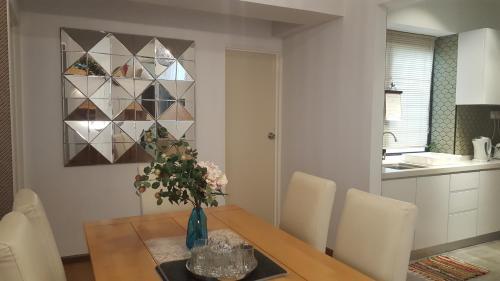 Ruang makan di apartmen