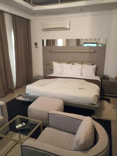 Cama o camas de una habitación en The Ambassador Abuja