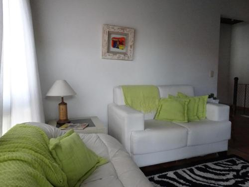 A seating area at Casa em Torres