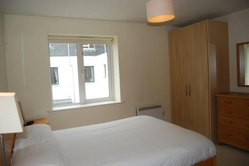 A bed or beds in a room at Harbour View Apartment Kinsale