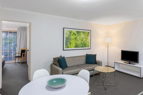 A seating area at Adina Serviced Apartments Canberra Kingston