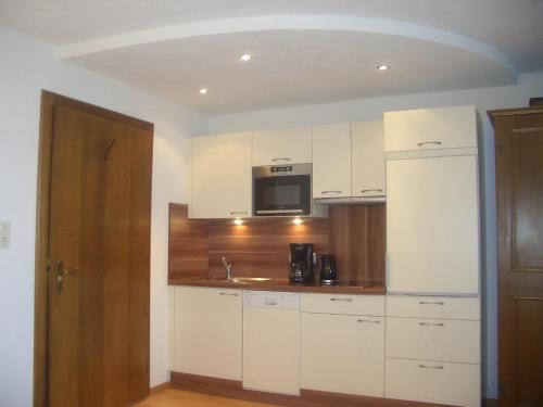 A kitchen or kitchenette at Aparthotel Garni am Johannesbrunnen