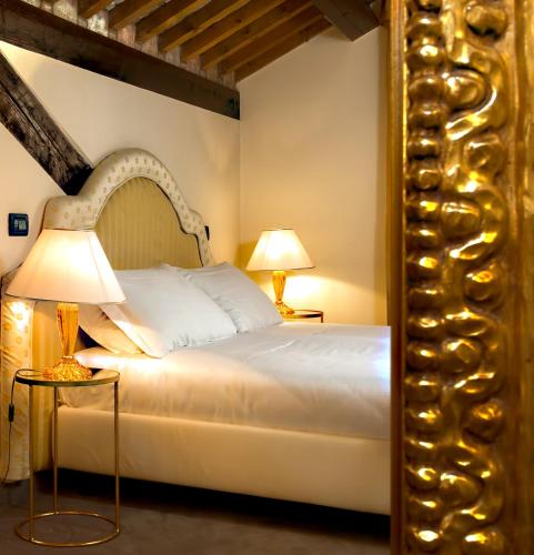 A bed or beds in a room at Ca' San Giorgio B&B