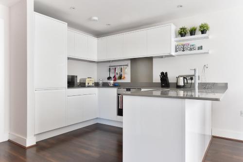 Een keuken of kitchenette bij Superb apt for 6 with balcony, 10mins to East Putney