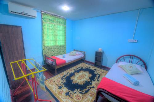 A bed or beds in a room at Budget Umi Homestay Kuching