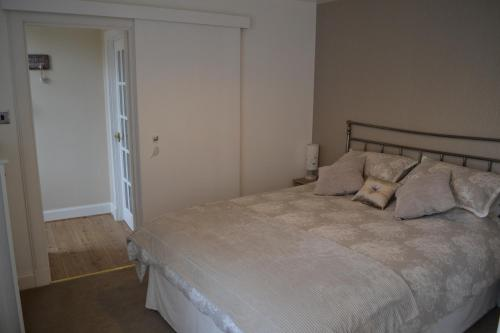 A bed or beds in a room at Old Bridge End