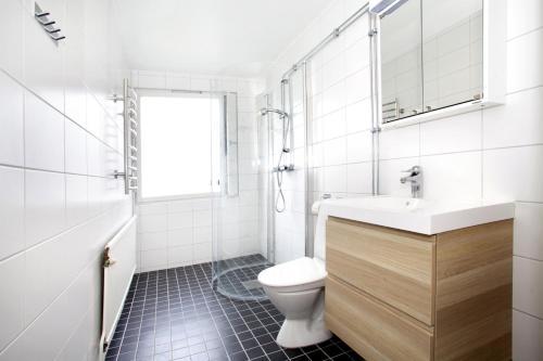 A bathroom at One-Bedroom Apartment in Linköping - Väpnaregatan 42