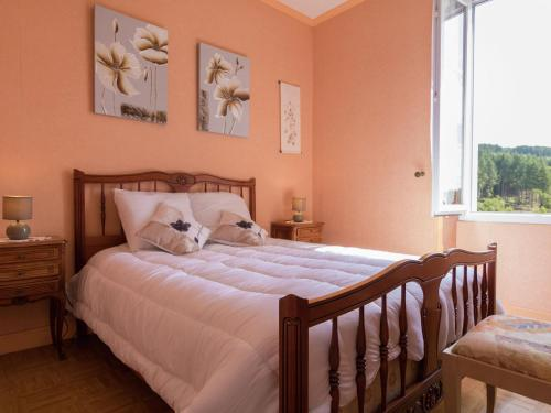A bed or beds in a room at Cozy Holiday Home in Ambrugeat with Private Garden