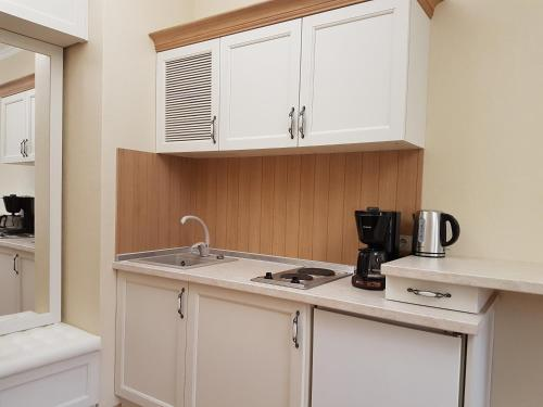 A kitchen or kitchenette at Lovely Studio in the City Center
