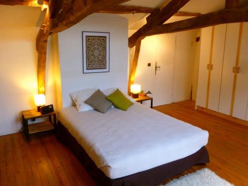 A bed or beds in a room at Gite CAP de BOUÉOU