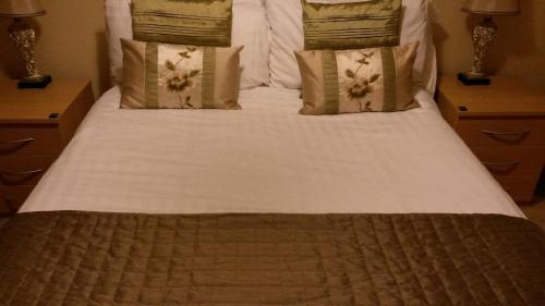 A bed or beds in a room at Luxe Apartments