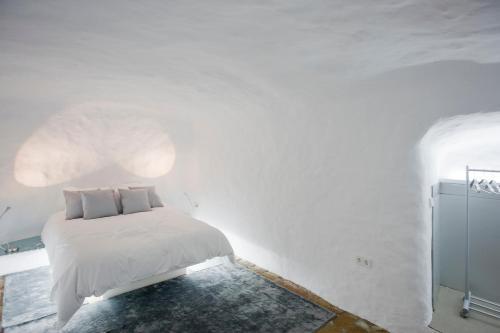 A bed or beds in a room at Cueva de la Muralla