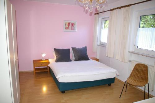 Een bed of bedden in een kamer bij Ferienhaus Waldrand