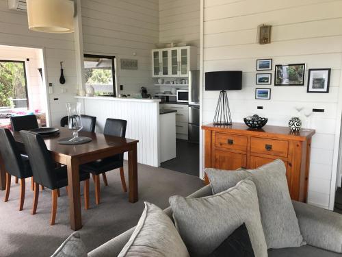 A seating area at Waiheke Escape - Oneroa