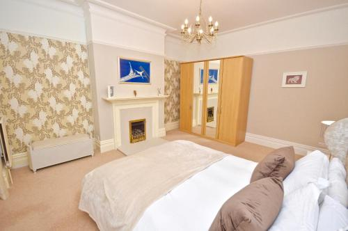 A bed or beds in a room at Stonefield Apartments