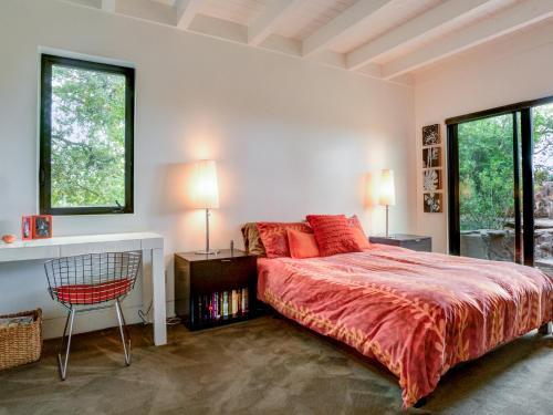 Tempat tidur dalam kamar di 515 Cavdale Road Valley Home