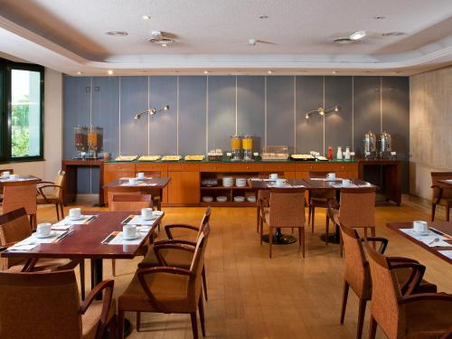 A restaurant or other place to eat at TH Las Rozas