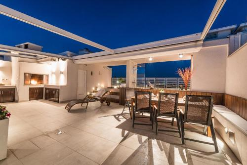 A restaurant or other place to eat at Penthouse with roof terrace