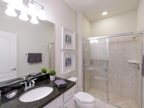 Uma casa de banho em 2070 Windsor At Westside 5 Bedroom Townhome