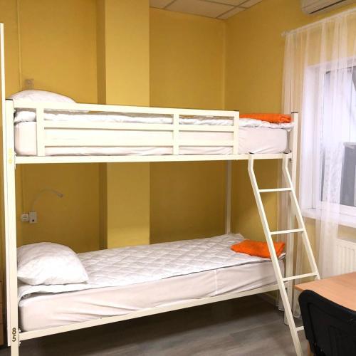 Двухъярусная кровать или двухъярусные кровати в номере Хостел Уютный дом