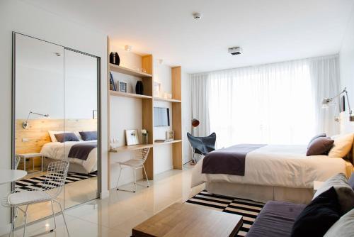 Een bed of bedden in een kamer bij Lemon Suites