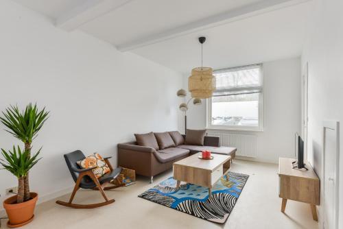 A seating area at Modern Apartment Baljuwslaan