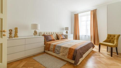 A bed or beds in a room at Charming Apartments near Hermitage