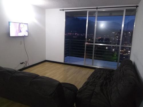 Una televisión o centro de entretenimiento en Apto privado full en unidad cerrada