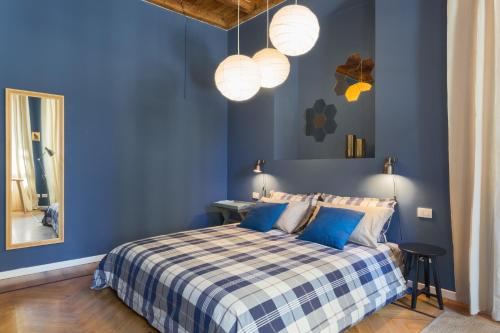 A bed or beds in a room at COSY APARTMENT 2 MINUTES FROM DUOMO