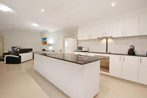 A kitchen or kitchenette at Argus Apartments Darwin