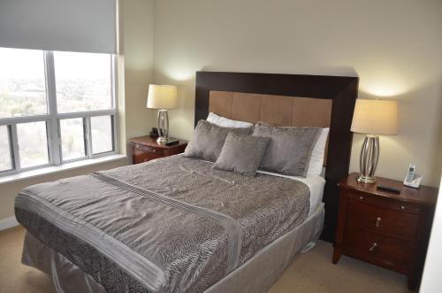 En eller flere senge i et værelse på Garden Residences North York