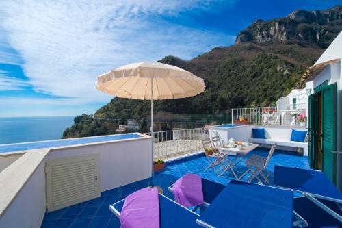 Vista sulla piscina di Casa Di Lucia o su una piscina nei dintorni