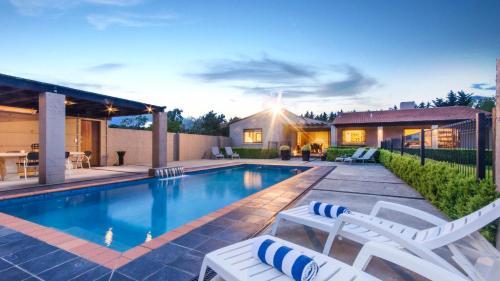 المسبح في Tora Bay Exclusive Estate أو بالجوار