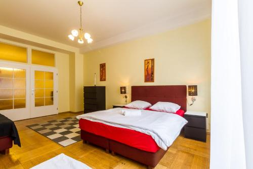 A bed or beds in a room at Janalex Apartments National Theatre