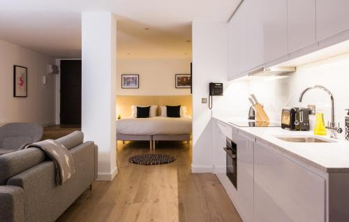 A kitchen or kitchenette at Hiding Space Westgate Apartments